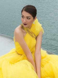 Lệ Hằng diện váy màu nổi trên du thuyền Hạ Long