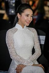 Nhã Phương diện áo dài trắng đi xem thời trang