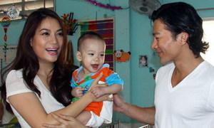 Vợ chồng Trương Ngọc Ánh thăm trẻ khuyết tật