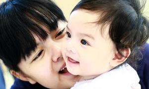 Con gái Phạm Quỳnh Anh bình yên trên vai mẹ