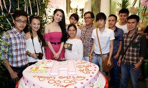Thái Hà được tặng bánh sinh nhật khổng lồ
