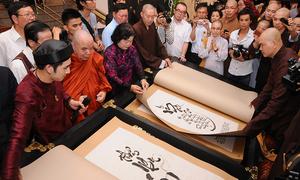 Sách dài hơn 2 m hút khán giả tại triển lãm mừng Vu Lan