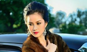 Hoa hậu Tristine Trâm Bùi tạo dáng bên xe cổ