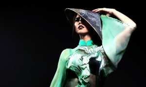 Quỳnh Paris mang áo dài 3D sang Mỹ trình diễn