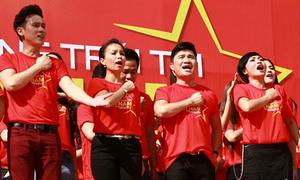 100 sao Việt cùng quay hình hướng về biển Đông