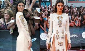 Hot girl Hollywood gây sốc với váy xẻ cao ngút khoe xương chậu