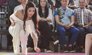 Ngọc Hân nhặt rác trên sàn catwalk