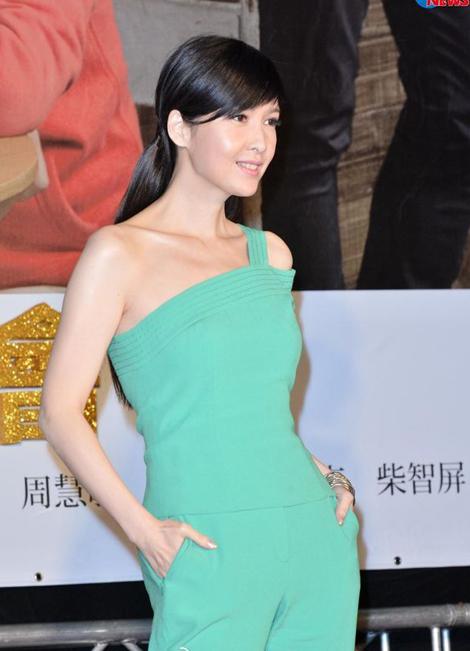 Váy áo tôn vẻ đẹp mềm mại của Châu Huệ Mẫn