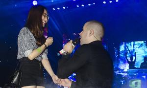 Shayne Ward quỳ gối nắm tay fan nữ siêu lãng mạn