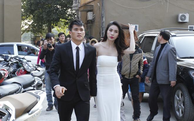 <p> Sau lễ cưới tổ chức tại Kiên Giang, quê của cô dâu, hôm 27/12, Công Vinh và Thủy Tiên tiếp tục tổ chức đám cưới trước 700 khách ở thị xã Hoàng Mai, Nghệ An - nơi mẹ và bố dượng của chú rể đang sinh sống.</p>