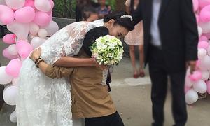 Lê Thúy ôm cảm ơn bạn trai tí hon của Thanh Thảo