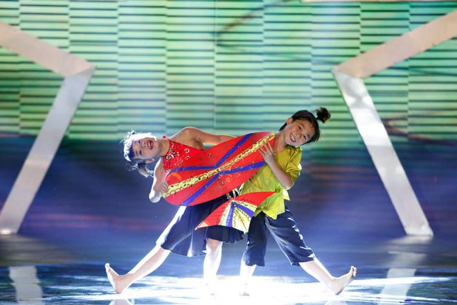 Cặp vũ công nhí Got Talent múa dân gian kết hợp dancesport