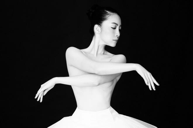 Linh Nga để ngực trần tập múa