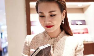 Siêu mẫu Thanh Hằng mua ví 200 triệu đồng