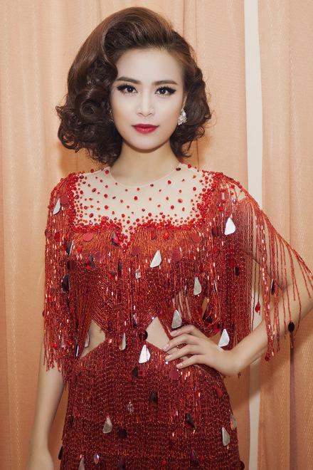 Hoàng Thùy Linh quyến rũ với phong cách cổ điển