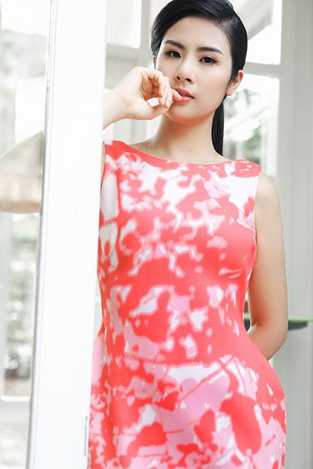 Ngọc Hân chào hè với váy lụa
