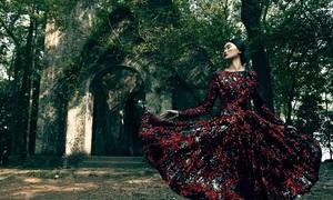 Váy họa tiết gam đỏ đen của Đỗ Mạnh Cường