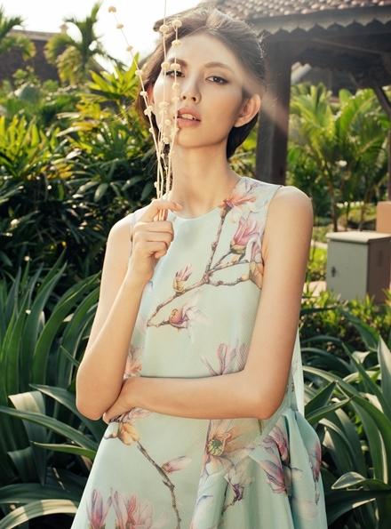 Thùy Dương mong manh với họa tiết hoa mộc lan