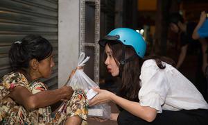 Vợ chồng Lưu Hương Giang đi xe máy phát cơm cho người nghèo