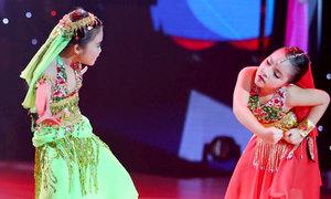 Học trò của Thủy Tiên hóa 'Cô dâu tám tuổi' nhảy cuồng nhiệt