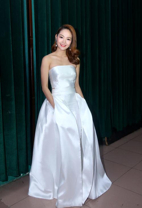 Minh Hằng, Hoàng Thùy Linh đẹp nhất tuần với váy cúp ngực