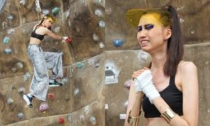 Cô gái cao 1,9 m òa khóc với thử thách leo núi