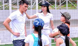 Thủy Tiên rủ học trò đi đá bóng cùng Công Vinh