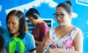 Quỳnh Hương đưa các MC nhí học ngôn ngữ người khuyết tật