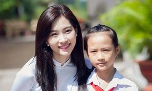 Hoa hậu Thu Thảo diện áo dài trắng đi trao học bổng
