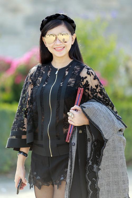 Mẹ con diễn viên Thủy Tiên đi xem thời trang tại Pháp
