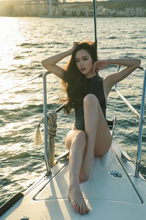 Vũ Ngọc Anh khoe đường cong trên du thuyền