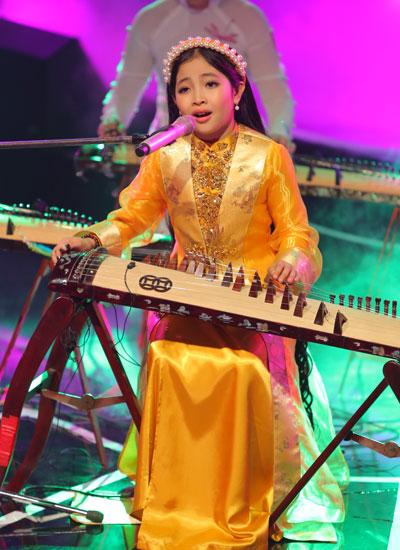 .vừa có nét đương đại vừa đậm chất nhạc truyền thống. Cô bé rất linh hoạt ở phần biểu diễn khi phải liên tục vừa hát vừa di chuyển từ đàn tranh đến dùng nhịp phách tiền.