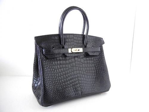 Một chiếc túi khác mang tên Hermes Matte Crocodile Birkin được làm từ da cá sấu đen mờ và nạm kim cương 10 carat ở móc khóa được định giá lên đến 120.000 USD. Thiết kế sang trọng và cổ điển này của nhà mốt Pháp đã được đem ra bán đấu giá ở Doyle, New York (Mỹ).
