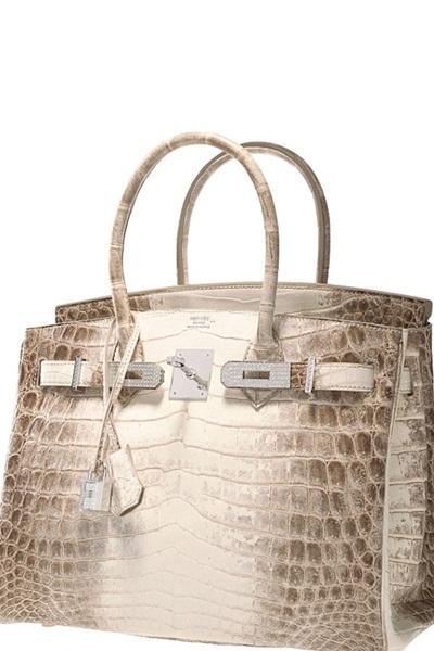 . Matte Himalayan Nilo Crocodile Birkin cũng là một dòng túi Hermes từng được bán với giá 200.000 USD. Dù mức giá ngất ngưởng như vậy nhưng cũng không ngăn được các ngôi sao nổi tiếng như Kim Kardashian, Jennifer Lopez và Victoria Beckham tậu về sử dụng. Mẫu túi được làm bằng da cá sấu bị bạch tạng, vàng trắng 18 karat và đính 245 viên kim cương.