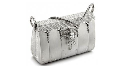 Chiếc túi Hermes Birkin có giá 1.9 triệu USD này là một tác phẩm của nhà thiết kế đến từ Nhật Bản, Ginza Tanaka. Được trình làng vào năm 2008, tuyệt tác được chế tác từ kim loại bạch kim cao cấp và trang trí bằng hai nghìn viên kim cương. Đặc biệt, viên kim cương hình lê nặng 8 carat gắn ở móc khóa có thể tháo ra và dùng như một vật trang trí riêng. Không chỉ vậy, phần dây đeo của chiếc túi Birkin này cũng được nạm kim cương và có thể tách rời để làm phụ kiện trang sức như dây chuyền hay vòng đeo tay.