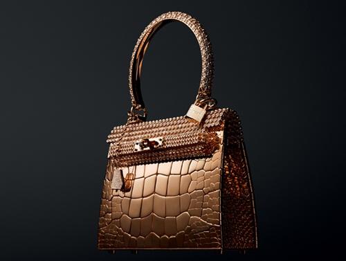 mẫu túi xách Hermes Rose Gold Crocodile làm từ 86.24 carat vàng hồng trị giá lên đến 2 triệu USD, nằm trong bộ sưu tập Haute Bijouterie. Nhà thiết kế Pierre Hardy  giám đốc sáng tạo mảng trang sức của nhà mốt cao cấp nước Pháp  phải mất đến hai năm để hoàn thành kiệt tác này. Bên cạnh chất liệu chính đã rất đắt giá, ông còn sử dụng thêm 11.303 viên kim cương để trang trí phần quai và miệng túi. Cho đến nay, chỉ có ba chiếc túi được tạo ra và cũng chỉ có một người đặt mua sản phẩm này.