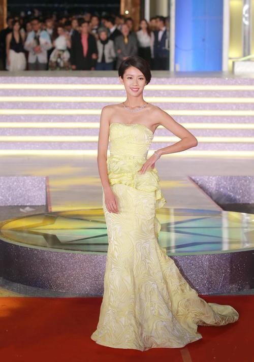 Mỹ nhân TVB đọ vẻ gợi cảm với đầm khoét ngực, hở lưng