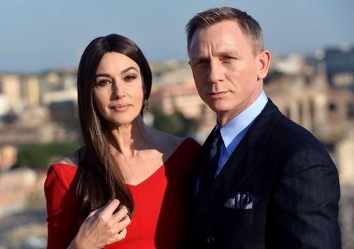 "Monica Bellucci ở tuổi 51 khi sánh vai bên ""James Bond"" Daniel Craig."