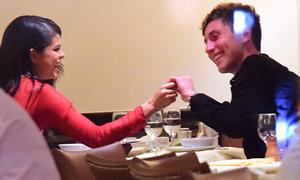 Selena Gomez tình tứ với bạn trai mới trong nhà hàng