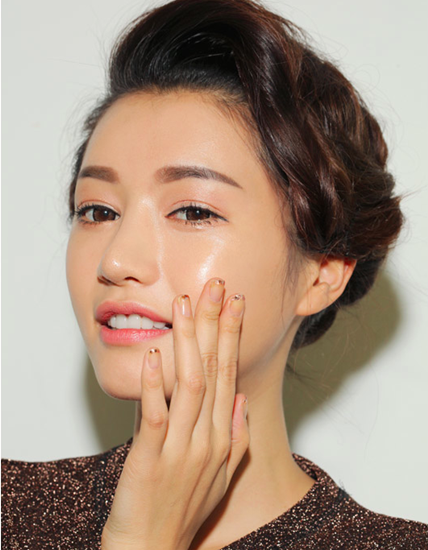 Theo chuyên gia trang điểm Pati Dubroff, sử dụng phấn nhấn sáng (hightlighter) đúng cách sẽ giúp những góc cạnh của da mặt trông căng bóng hơn.
