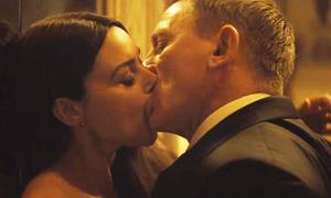 Hai cảnh hôn trong phim 007 mới bị kiểm duyệt ở Ấn Độ