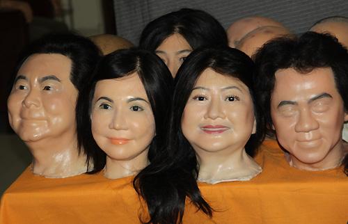 Nhiều bức chân dung của nghệ sĩ Việt nổi tiếng đang trong quá trình hoàn tất. . Ảnh: Thoại Hà.