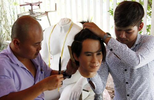 Anh Huy XM (trái) thợ cắt tóc của gia đình Lý Hải suốt bảy năm qua được mời đến tạo kiểu tóc cho tượng sáp của nam ca sĩ.