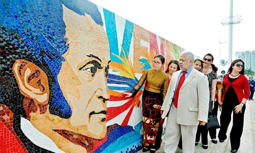 con-duong-gom-su-co-hinh-anh-anh-hung-venezuela