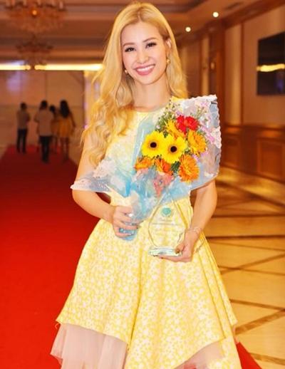Bó hoa của ban tổ chức chương trình từ thiện tặng cho Đông Nhi cũng bị đem ra chỉ trích chung với bộ trang phục của cô.