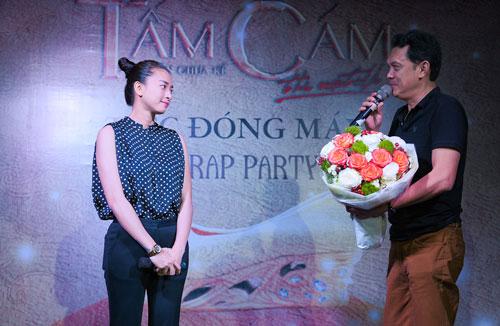 Hữu Châu đại diện các diễn viên lên sân khấu tặng hoa cám ơn những trải nghiệm đẹp mà đoàn phim có được cùng nhau suốt nhiều tháng liền ở Ninh Binh cũng như các bối cảnh quay.