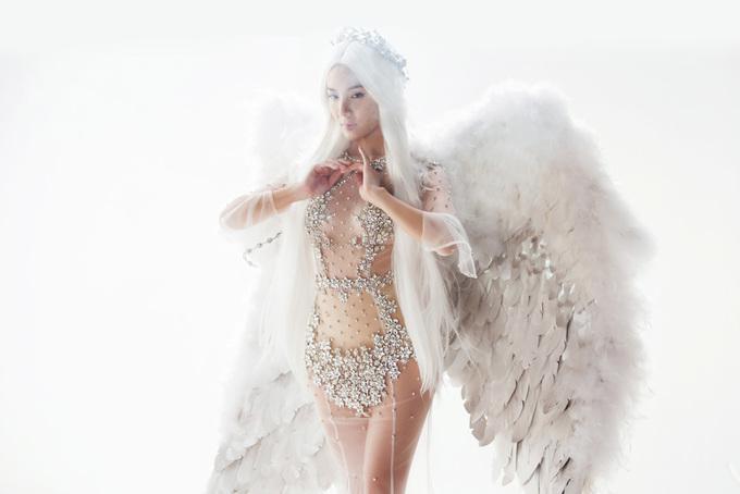 Phương Linh đeo đôi cánh nặng 7 kg hóa thiên thần