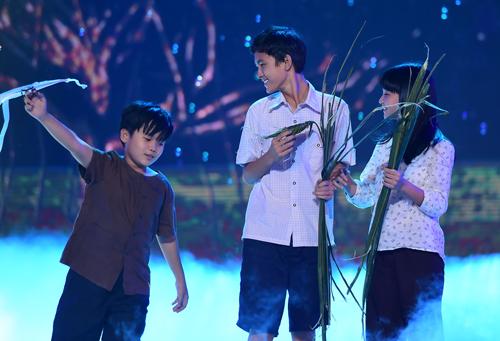 """Ba diễn viên nhỏ tuổi đóng trong phim """"Tôi thấy hoa vàng trên cỏ xanh""""."""