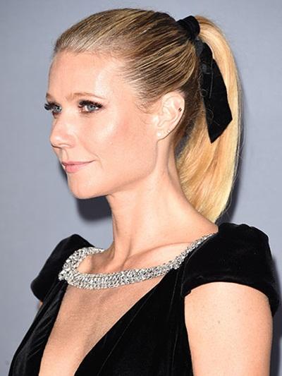 Với kiểu tóc đuôi ngựa quen thuộc, chỉ cần thắt thêm một chiếc ruy băng hình nơ như cách mà nữ diễn viên Gwyneth Paltrow từng làm là đủ để tạo nên nét đẹp hoài cổ và nữ tính.
