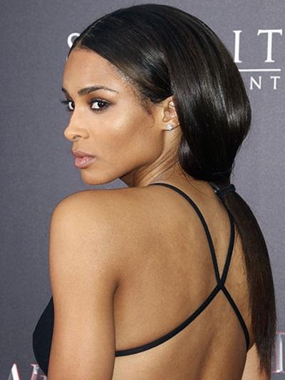 Với một bờ vai có phần trống trải, Ciara chọn kiểu tóc đuôi ngựa buộc thấp đơn giản để khoe hết vẻ dày dặn và bóng mượt của mái tóc.
